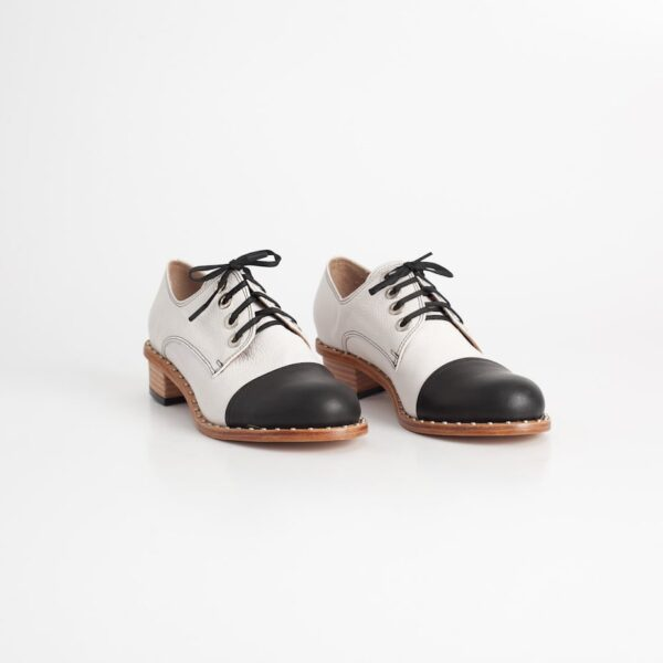 Zapato Taco Bajo Aries Hielo y Negro